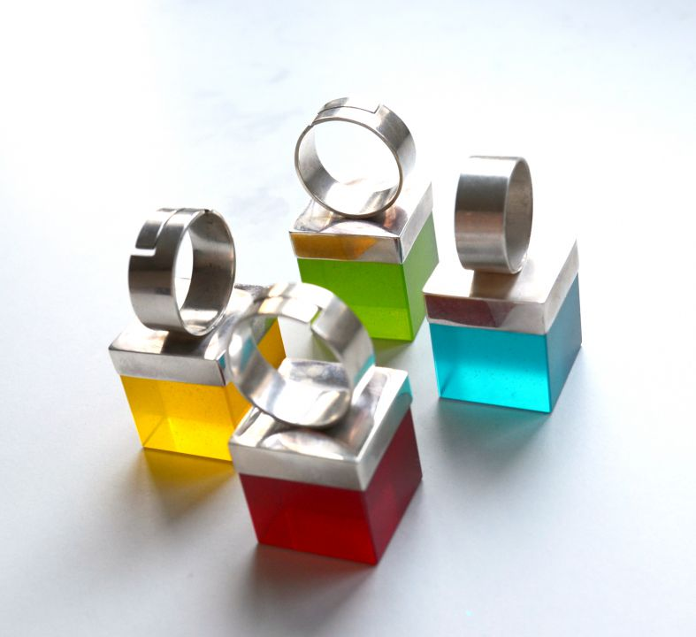 Cercei minimalisti, din argint 925 si rasina verde