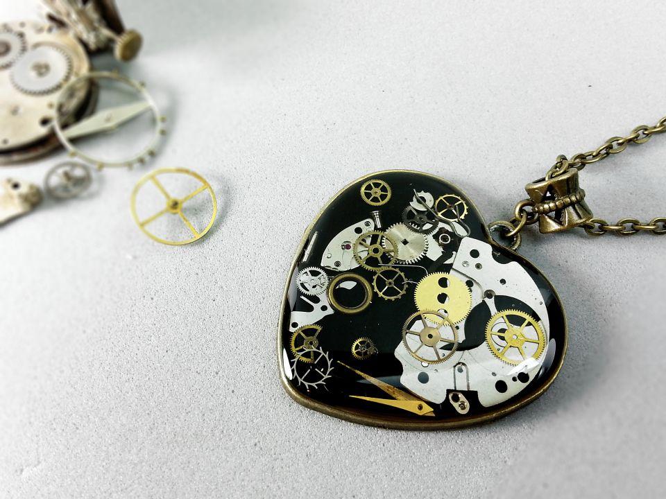 Pandantiv inima cu piese de ceas in rasina, Pandantiv steampunk, Pandantiv inimioara din rasina