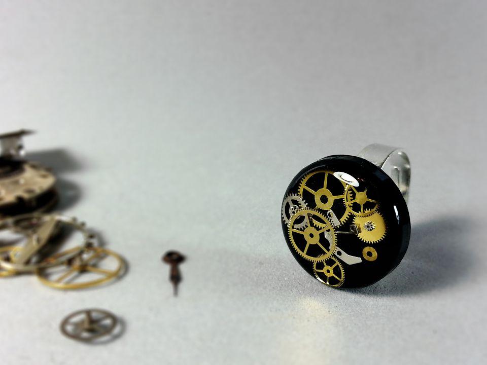 Inel din acryl steampunk, Inel cu piese de ceas in rasina, Inel din rasina ecologica, Piese de ceas vintage