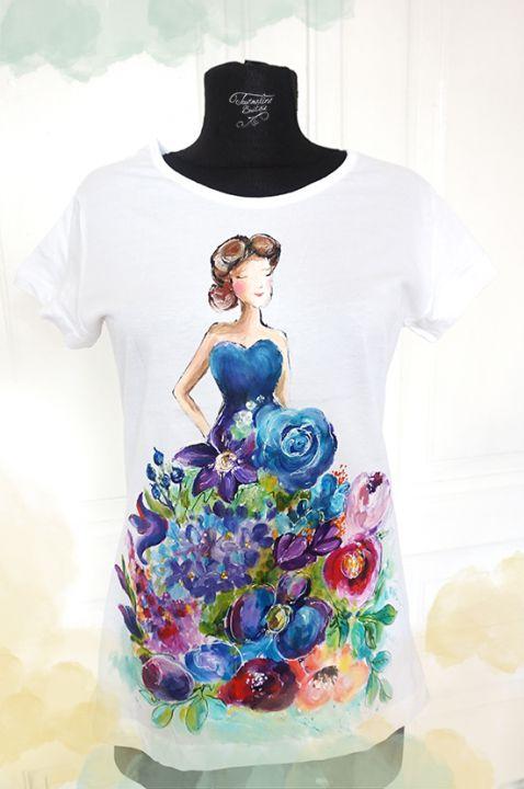 Fata cu rochia din flori. Tricou pictat manual.