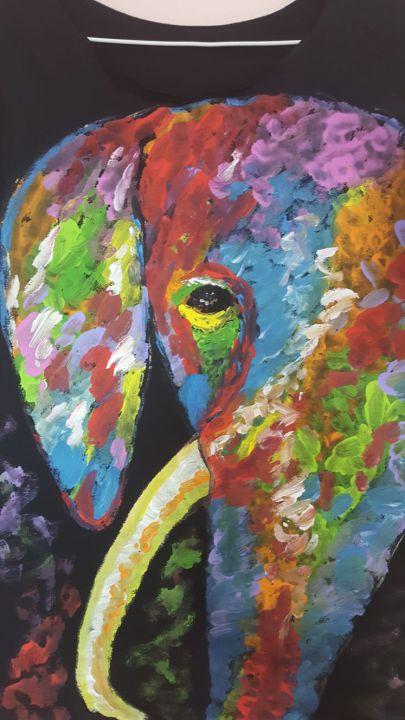 Tricou pictat cu elefant
