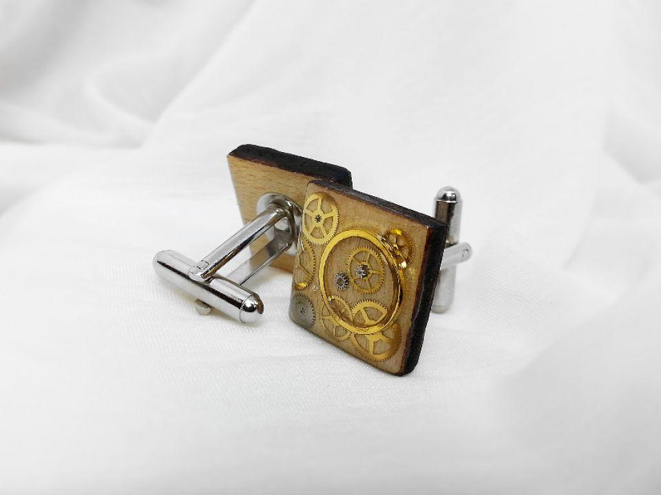Butoni din lemn natural, Butoni steampunk, piese de ceas si rasina,Butoni de nunta, Butoni unicati