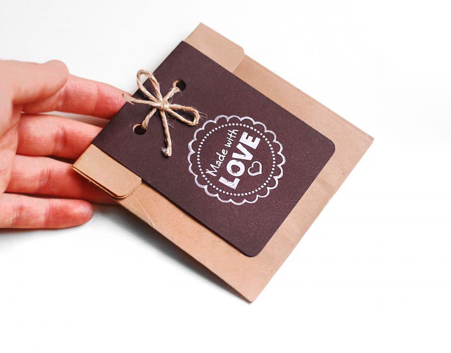 Set 10 buc plicuri natur cu burduf lateral, fir de rafie, cartonas maro / negru si stampila - Made with love