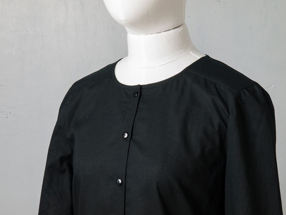 Cămașă din bumbac negru cu volane la mâneci (XS, S, M și L)