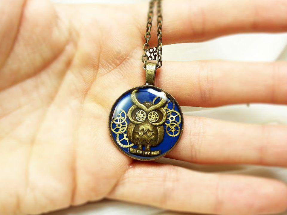Medalion cu bufnita si piese de ceas in rasina, pandantiv steampunk bufnita albastra