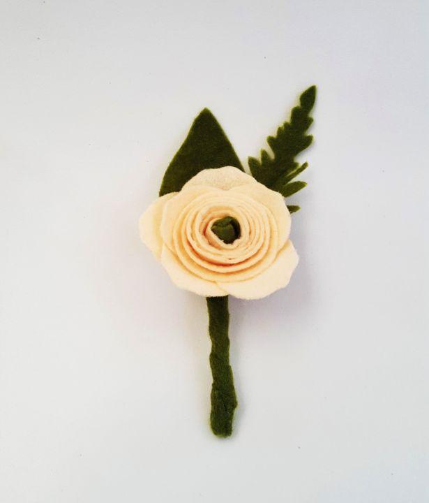 Cocarde Flori De Pus In Piept Nasi Mama Ginere Ranunculusposie