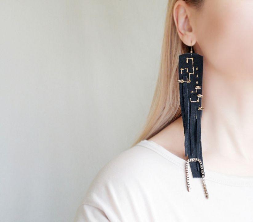 Cercei foarte lungi din piele neagra cu lant auriu bronz decorativ, cercei statement super lungi lucrati manual, cercei moderni