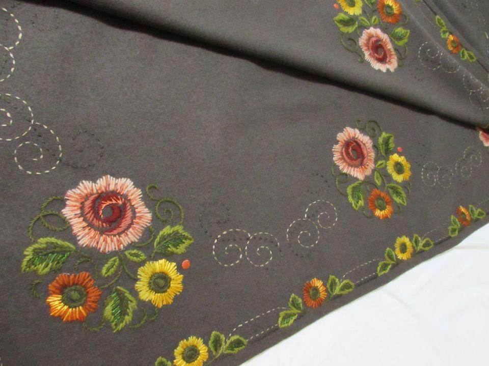 Tesatura lana cu broderie manuala